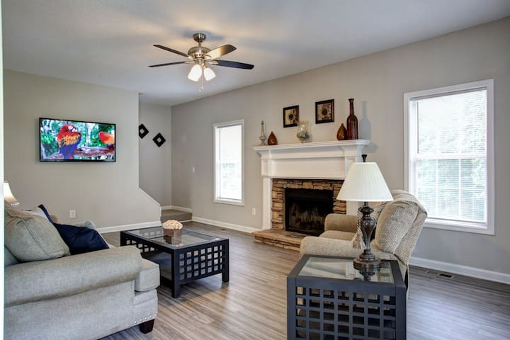 Acworth comfort! Lakepoint Complex is 9 mile drive