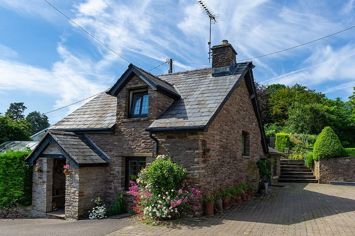 Luxury cottage, friendly local pub, on Offa's Dyke