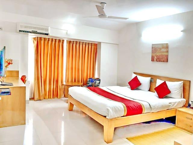 SmartStay Queen Room in Luxury Duplex Apt-MG Road
