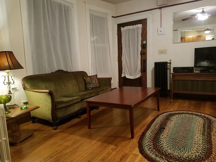 Artsy & Vintage, Urban Farm 2-bedroom Duplex Home