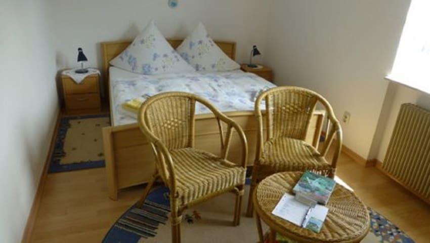 """Gästehaus Diemer (Margetshöchheim), Doppelzimmer """"Andrea"""" mit Gemeinschaftsbad und kostenfreiem WLAN"""