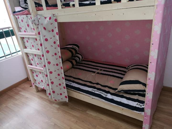 女生床位,且停停,就在南京南站附近。女生床位,买一送一,也就是第二晚免费住。