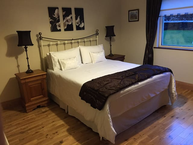 King size bed with ensuite. - Dingle
