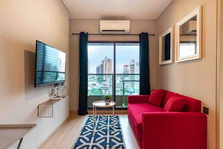 曼谷 网红无边泳池/机场快线和地铁双轨换乘/康民医院/步行可至nana一室一厅公寓/滚筒洗衣机