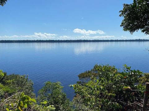 Casa Tika em Novo Airão , na beira do rio negro .