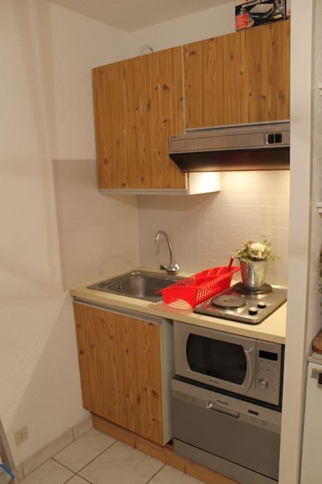 Coin cuisine avec  lave-vaisselle et four micro-onde