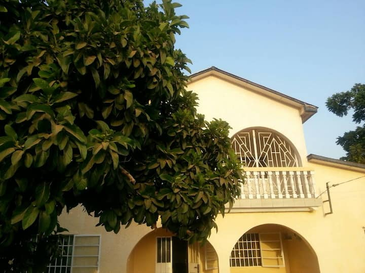 Spacious top-floor suite w/balcony near Senegambia