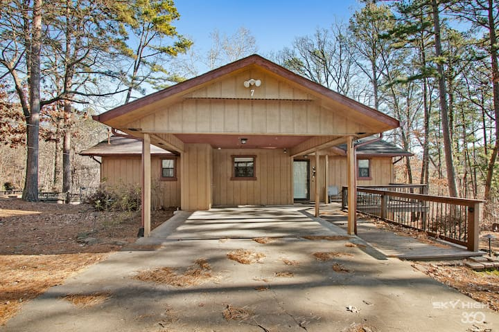 Wooded, Quiet Cottage, Very close to the Back 40