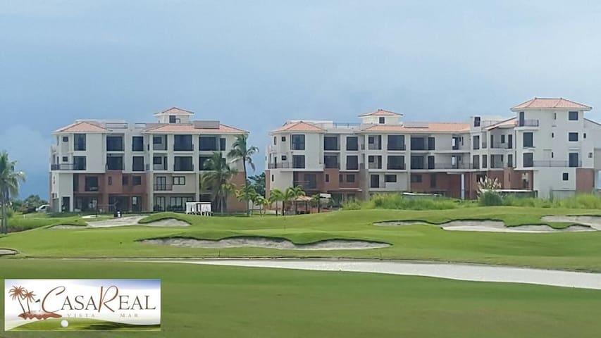 Apartamento con campo de golf, playa y marina.