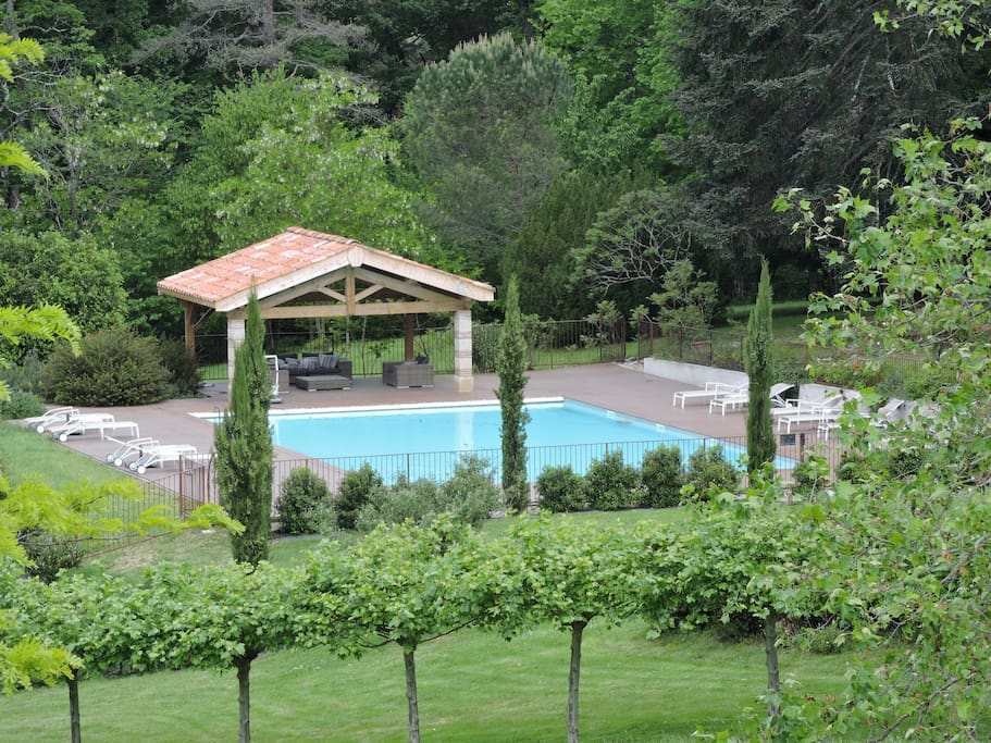 Grande piscine et pool-house