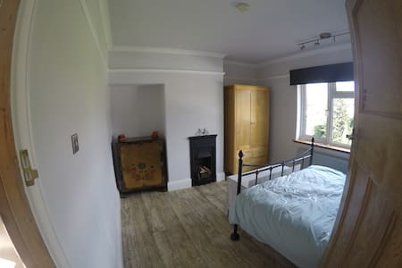 Bright and sunny double room with breakfast. - York
