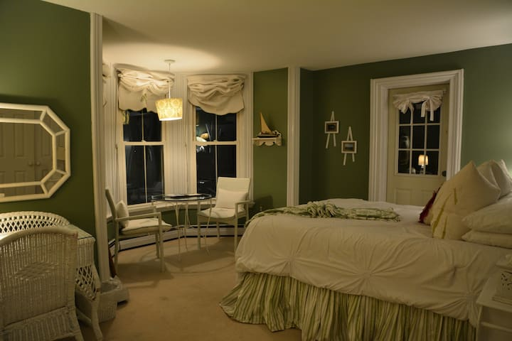 Lake Room - Magnolia Place Bed & Breakfast