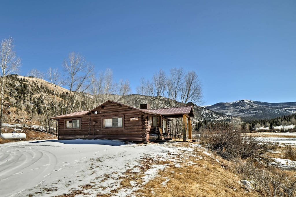 This 2-bed vacation rental cabin is affiliated with historic Vickers Ranch.