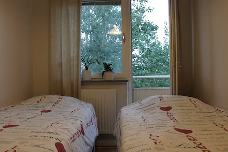 Calm and cosy room with 2 beds in Hägstersten - Stockholm - Lejlighed