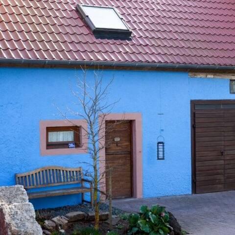 Blaues Haus - grüne Oase mitten im Dorf