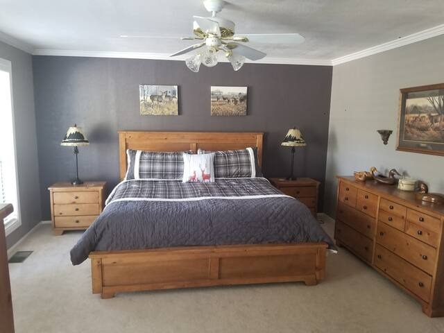 Deer Room ...Master with en-suite and king size bed and access to front deck