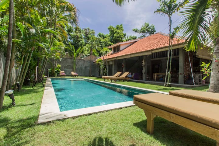 Great Value NEW 4 bedroom villa 12 pax  700m Beach - Kuta - Vila