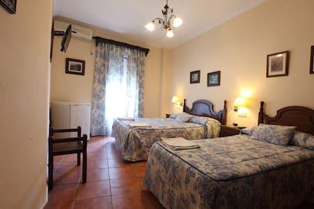 Hostal Rocio Habitacion Matrimonio + 1 Individual - Sanlúcar la Mayor