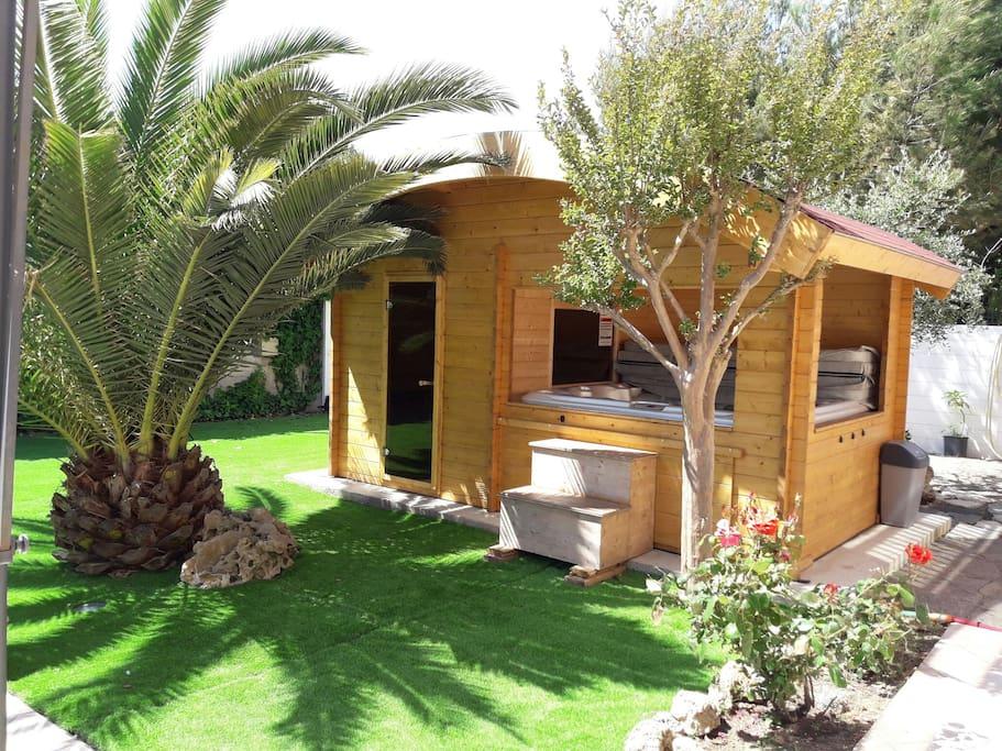 Chalet bois abritant le spa et le sauna.
