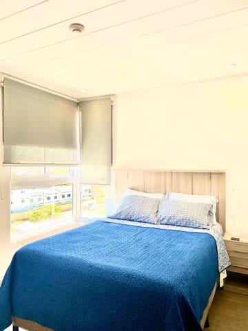 Dormitorio principal, tv y aire acondicionado; con vista a la ciudad
