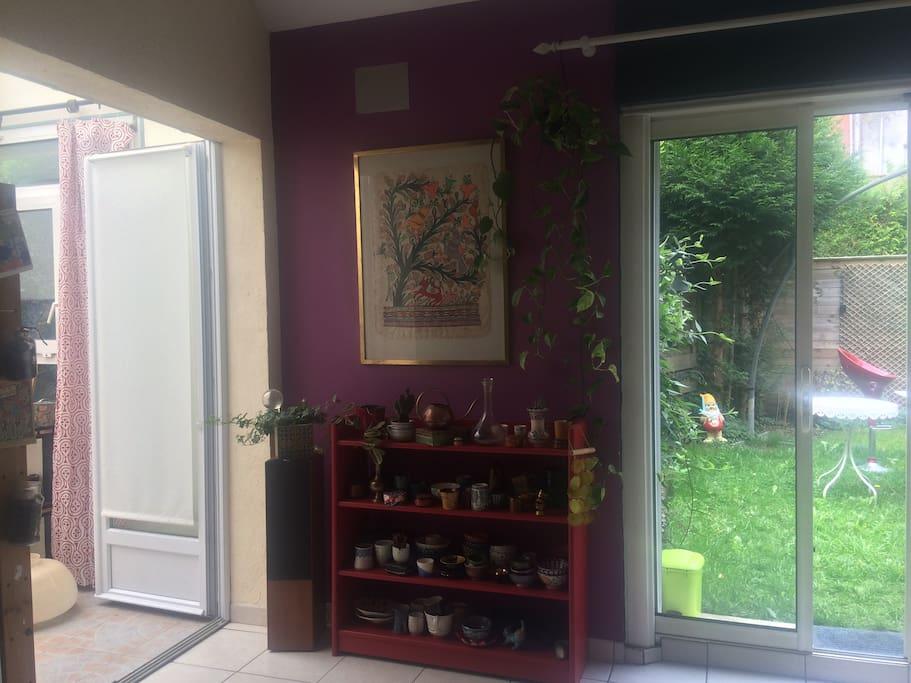 Le salon ouvert sur le jardin