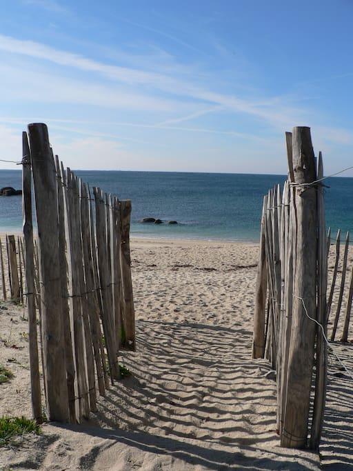 L'accès aux plages depuis la zone naturelle protégée