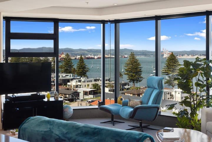 Stunning Elevated Views of Harbour with Heated Pool, Gym & Parking