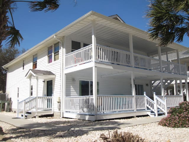 Close to beach! Ground Floor: 3 Bedrooms and Pool
