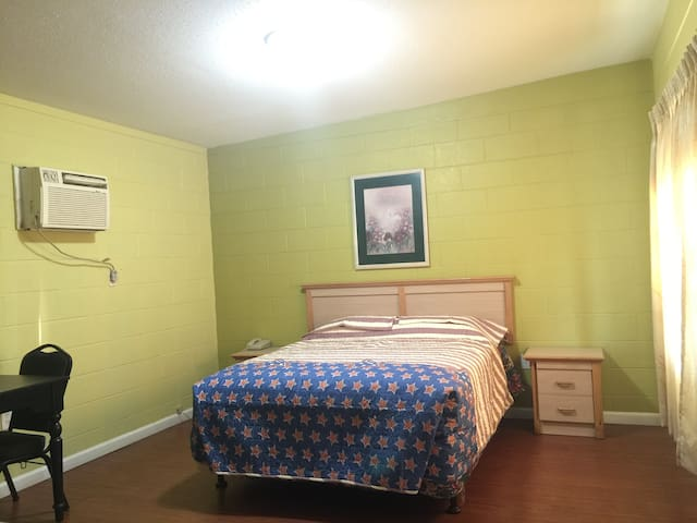 queen-bed and one bathroom、parking - Hemet - Apartamento