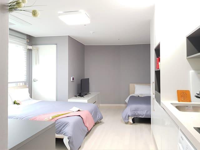 내집처럼 편안하고 아늑하게 꾸며진 침실/ 신축오픈 한지 1년이 채 되질 않아 제주내 최고로 깨끗하고 청결함을 자랑하는 숙소입니다 (퀸침대1/ 싱긍침대1 )