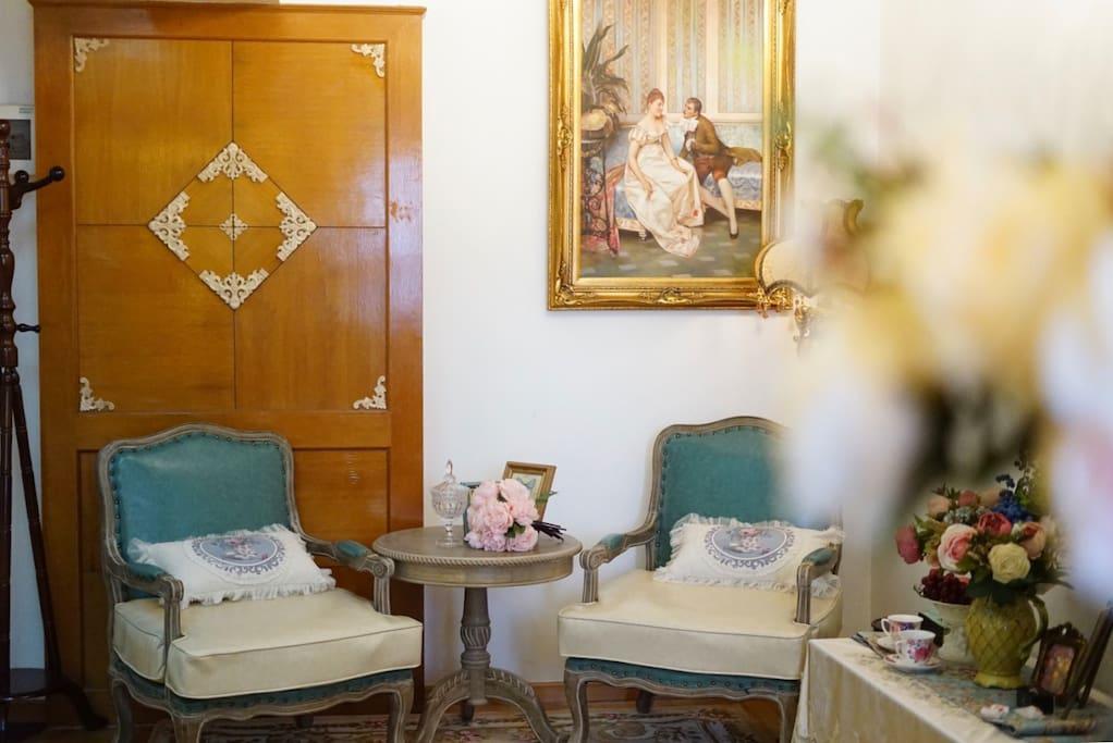 欧洲宫廷油画,复古木沙发椅,还有欧洲带回的腰枕。最爱的一角