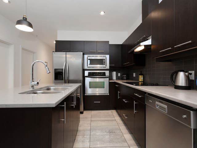 Downtown Newly Renovated Best Location Sleeps 6
