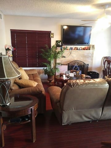 Cozy Bedroom Plus Sleeper Sofa - Santa Clarita - Dom
