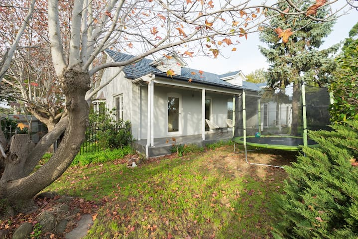 Lovely, sunny family home near the beach. - Parkdale - Casa