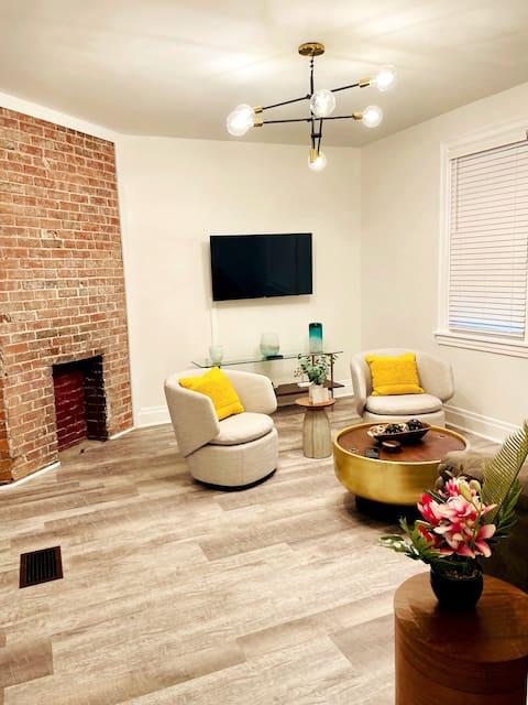 2 Bedroom Apt - Stylish, Modern, and Convenient!