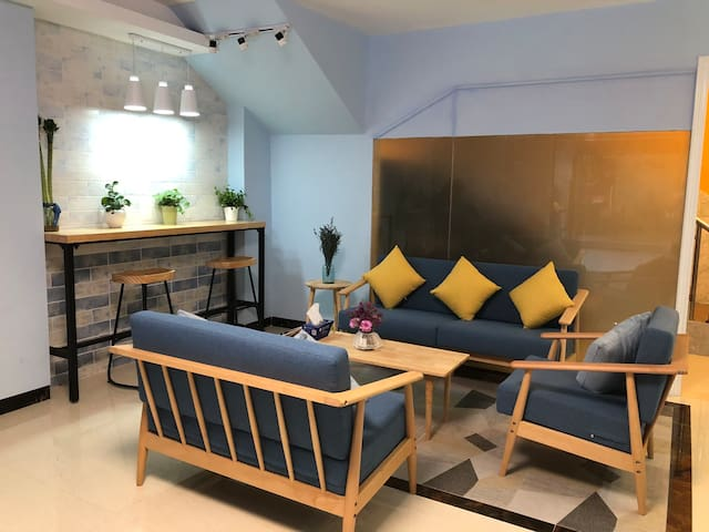 临近地铁线的小复式创客空间,一个舒适的工作空间,一个简单舒服的小床,还有配套公共区域,工作生活两不误