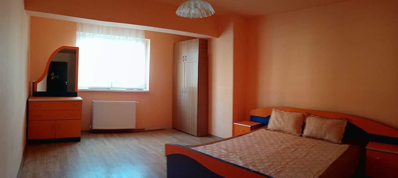 Dormitor 2 cu pat 180*200 și baie proprie