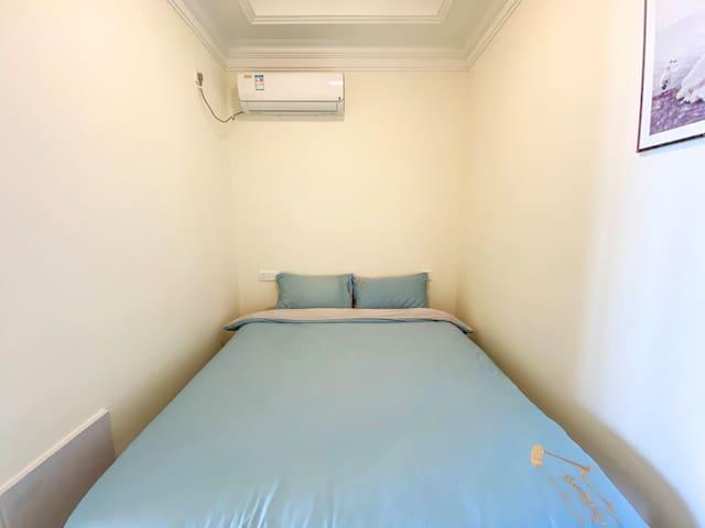 次卧小了些,是因为备了个1.5m床,希望两个人不太挤。