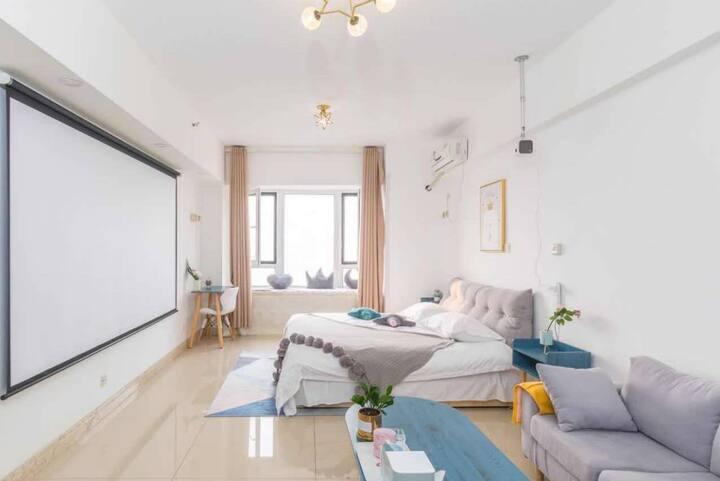 北欧风格简约时尚,房间内安装投影设备/华润万象汇