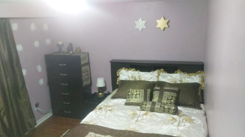 Clean Room 10 min  to Toronto Pearson Airport