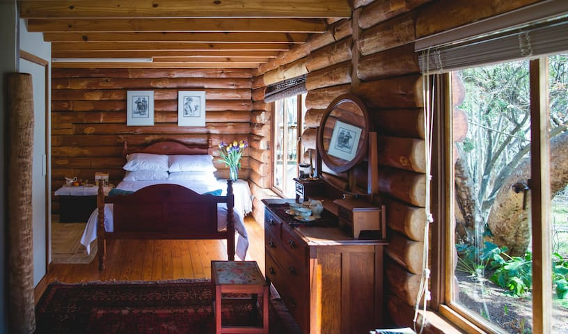 Spacious, idyllic room in log home. - Gauteng - Huis