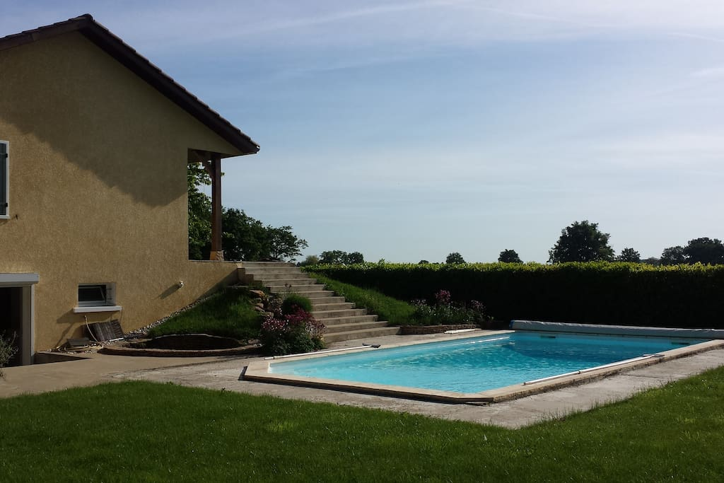 Piscine accessible depuis l'escalier de la terrasse.   Free access to the swimming pool.