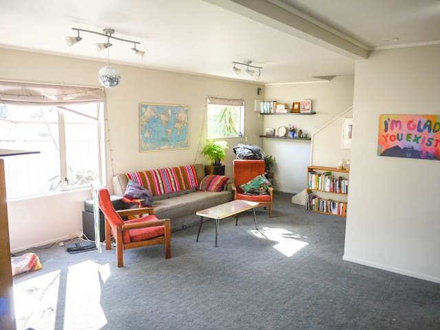 Sunny large private room in Lyall Bay!