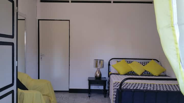 Le Madina, Sunny Room - 5 min à pied de l'aéroport