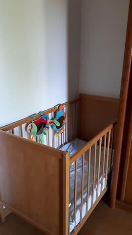 Lit bébé dans la chambre parentale