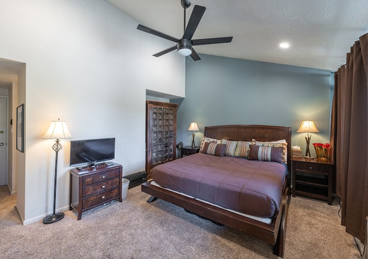 Park Ave 2nd Floor Studio - Sleeps 3, Walk To Town And Shuttle Or Walk to Ski Lift, Pool And Hot Tub Access!