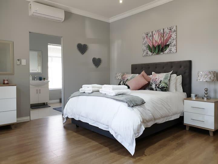 D's Studio 1  Luxury 3 bed Apart 10 min to Airport