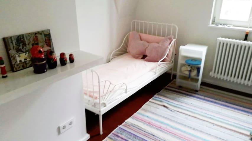 kleines Kinderschlazimmer mit kleinem Bett
