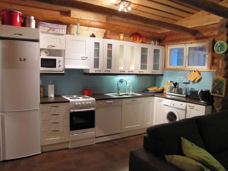 Keittiö on hyvin varusteltu. - The kitchen is well-equipped.