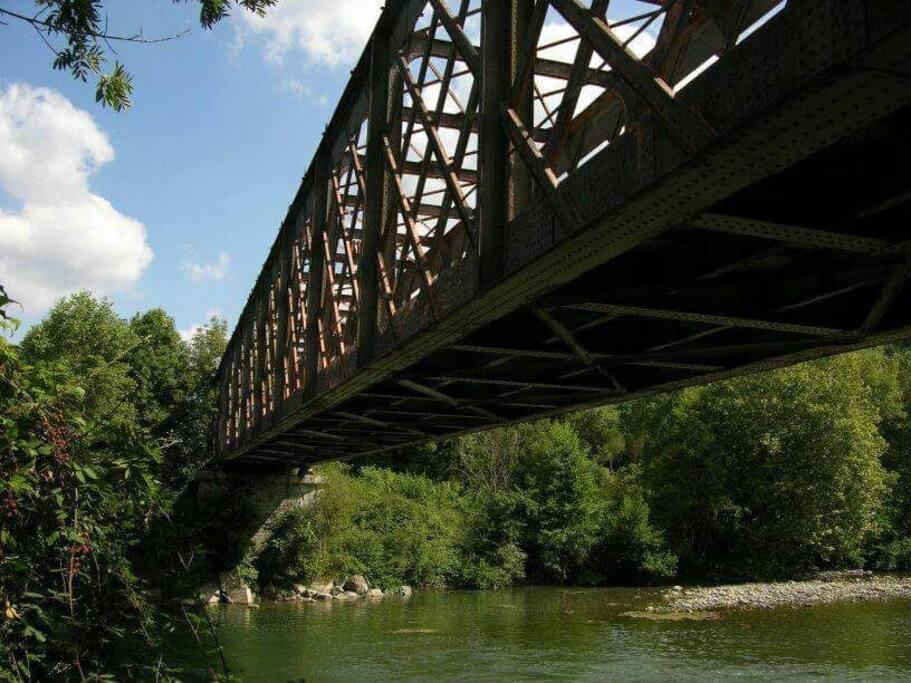 Puente Eiffel, sobre el rio Oloron, a 500 mt de la casa, paseo por la antigua via de tren que va hasta Salies de Bearn